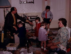 Retro Christmas: opening presents